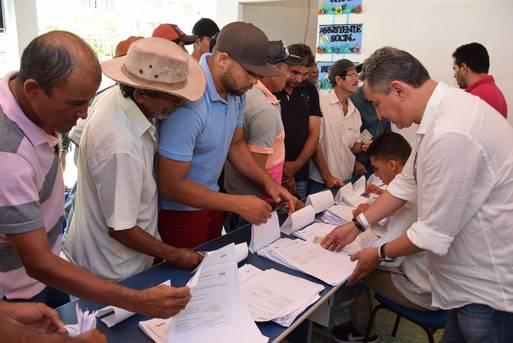 O governador Rui Costa vai entregar 2.674 certificados nos municípios de Castro Alves, Itamaraju e Ibirapuã.